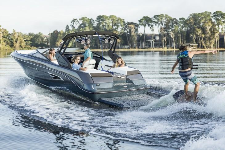 Sea Ray SLX 230 W du groupe Brunswick, un bateau adapté aux boat clubs