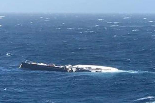Le Baltic 130 My Song après sa chute du MV Brattinsborg