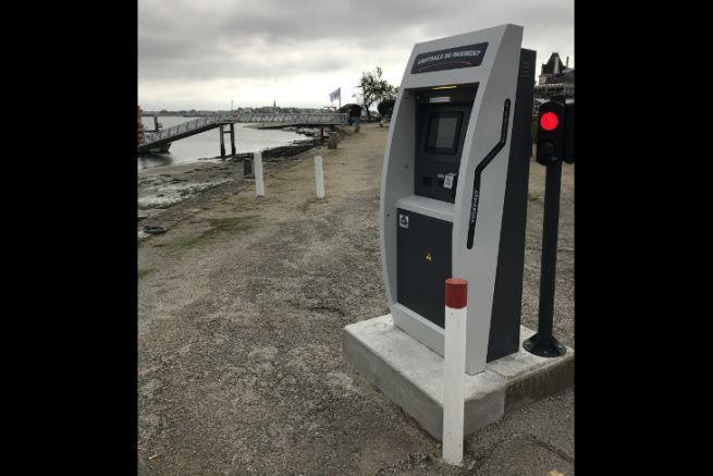 Borne de paiement AR Marina sur le quai d'un port de plaisance