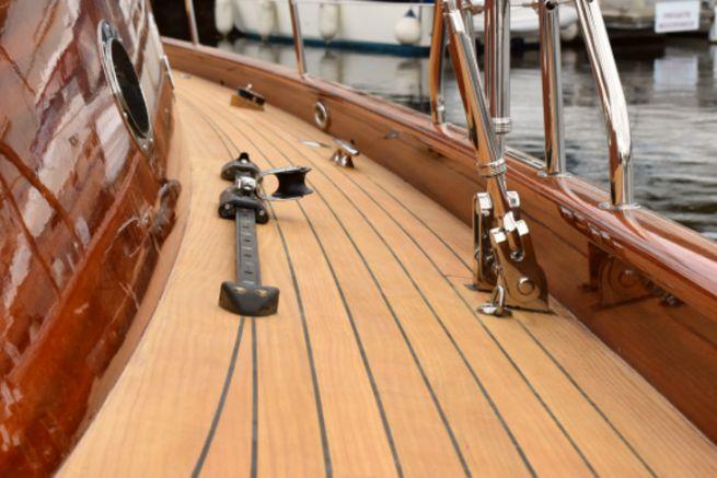 Lignia Yacht, un revêtement de pont en pin de Monterey, alternatif au teck