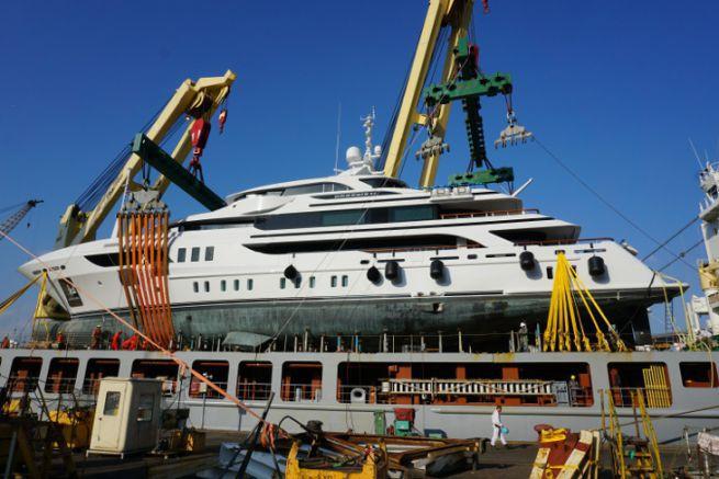 Chargement d'un yacht sur un cargo