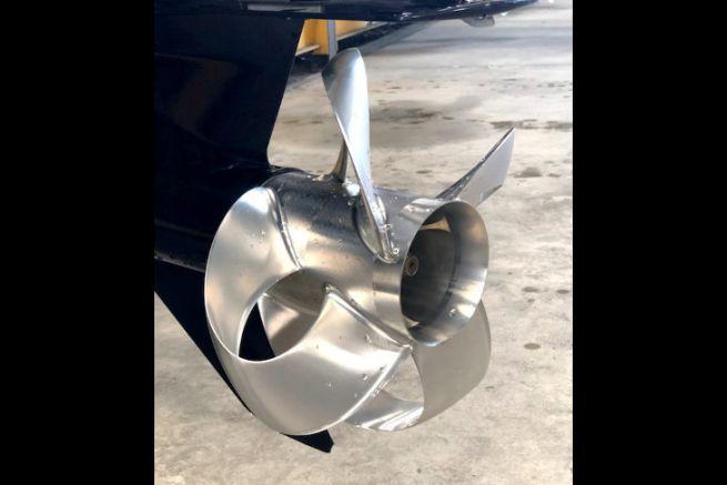 Une hélice Sharrow sur une embase de moteur hors-bord