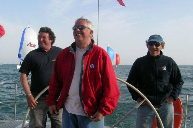 Laurent Tilleau au centre (en rouge), entouré de Philippe Poupon, Gérard Dupuy et Jean-Yves Furic à bord du Grand Soleil Race 45