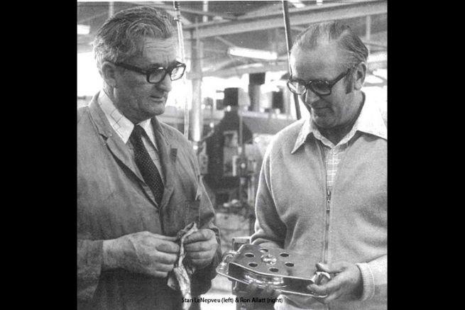 Stan Le Nepveu (à gauche) et Ron Allatt (à droite) discutent autour d'une poulie en inox