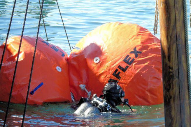 Opération de renflouement d'épave avec des parachutes de flottabilité