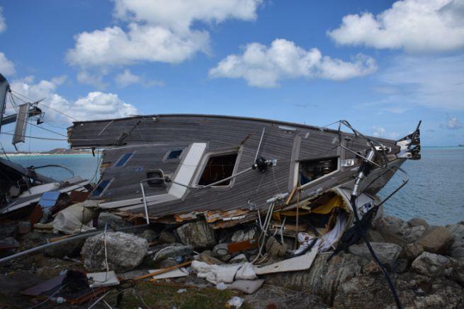 Voilier éventré à Saint-Martin après le passage des cyclones