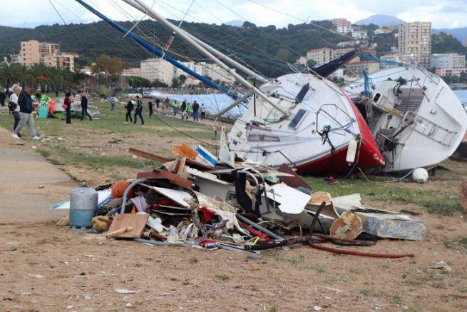 Epaves sur la promenade d'Ajaccio après la tempête Adrian