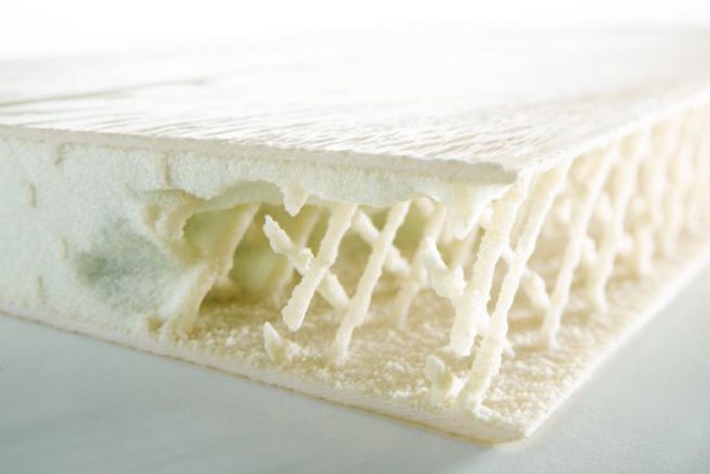 Echantillon de Saerfoam après sablage de la mousse pour révéler les ponts de fibres infusées