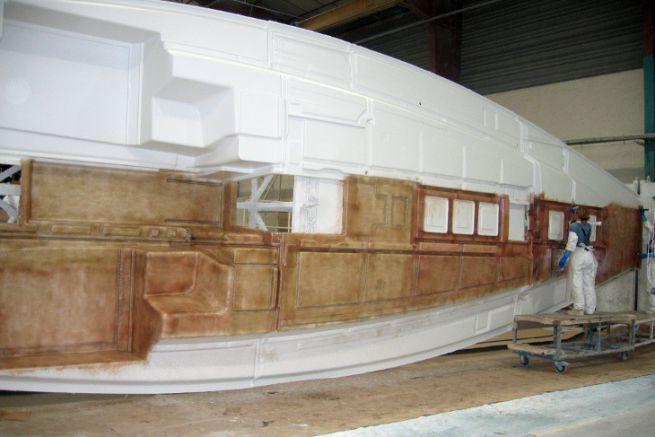 Production de voilier dans une usine Bénéteau