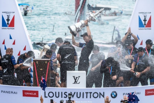 Emirates Team New-Zealand fête sa victoire de la coupe de l'America
