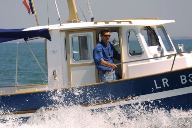 Bertrand Danglade, fondateur de Rhéa Marine, à la barre de l'un de ses bateaux en 2001