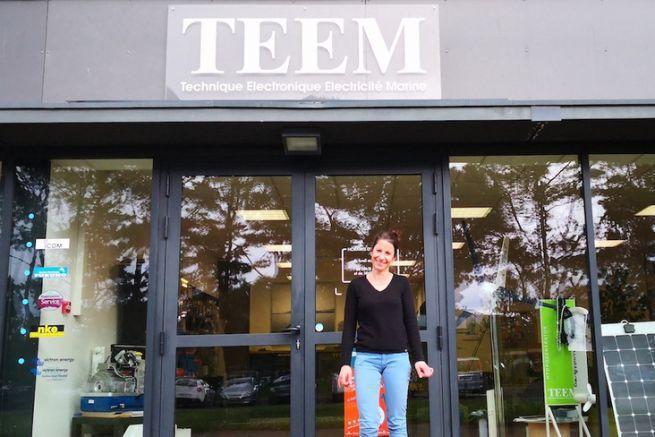 Carole Biarnes devant l'agence Teem de Lorient