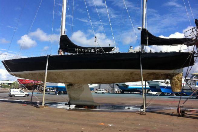 Le Pen Duick VI en peinture par le chantier nautique Keroman