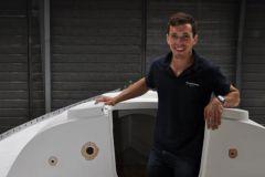 Thibaud Ramond, fondateur de Dream Racer Boats, pose sur son Figaro1
