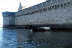 Epave abandonnée de bateau de plaisance