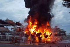Le feu détruits des bateaux au port à sec Batotel de Marseille