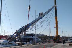 Mâtage d'un catamaran par Atelier Gréement sur le pôle Nautique de Canet en en Roussillon