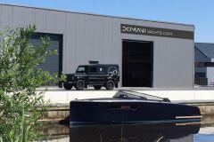 Bateau à moteur Domani E32 de Domani Yachts devant la nouvelle usine de Drachten