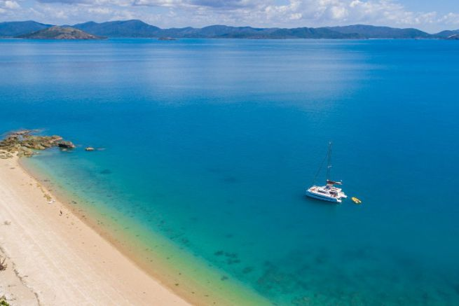 Catamaran Dream Yacht Charter au mouillage