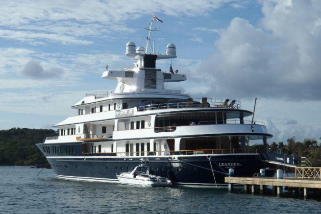 Yacht à quai sur l'île d'Antigua