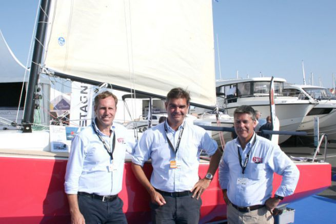 Christophe Chancerelle (au centre) et l'équipe commerciale de Marine Composite devant le Bihan 6.50