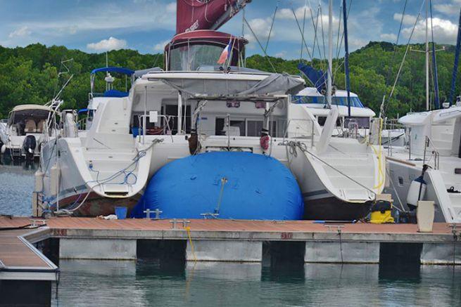 Relevage d'un catamaran sur un coussin High Point
