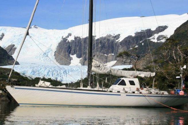 Le voilier Paradise en escale au pied d'un glacier