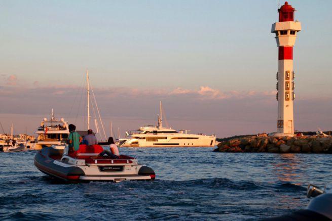 Yachts au mouillage et semi-rigide à Cannes