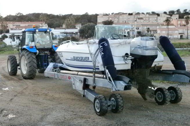 Remorque Quicklev de Nautipark derrière un tracteur agricole