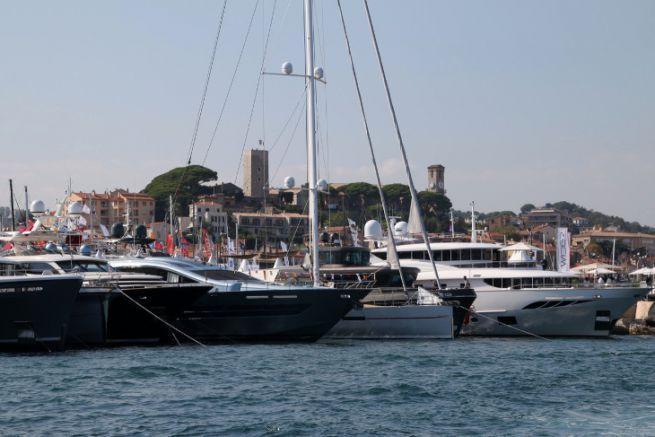 Yachts dans le port de Cannes