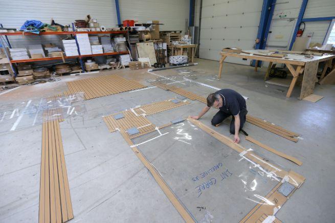 Préparation en atelier d'un pont en teck synthétique Flexiteek