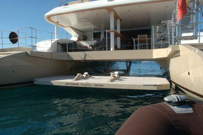 Plateforme tenderlift sur le catamaran Rafoly
