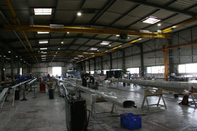 Atelier de l'usine de mâts Sparcraft du groupe Wichard
